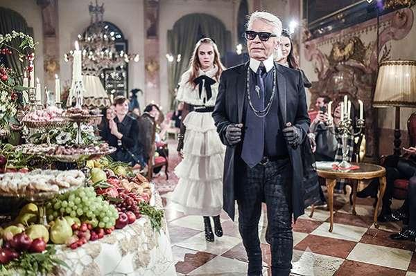 Кара Дельвинь и Кендалл Дженнер на показе Chanel в Зальцбурге 9
