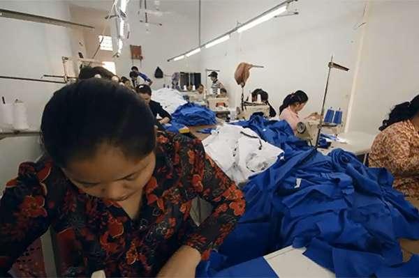 """""""Убийственная мода"""": норвежские фешн-блогеры на швейной фабрике в Камбодже 7"""