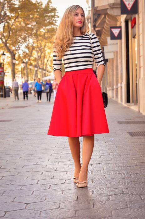 с чем носить красную юбку