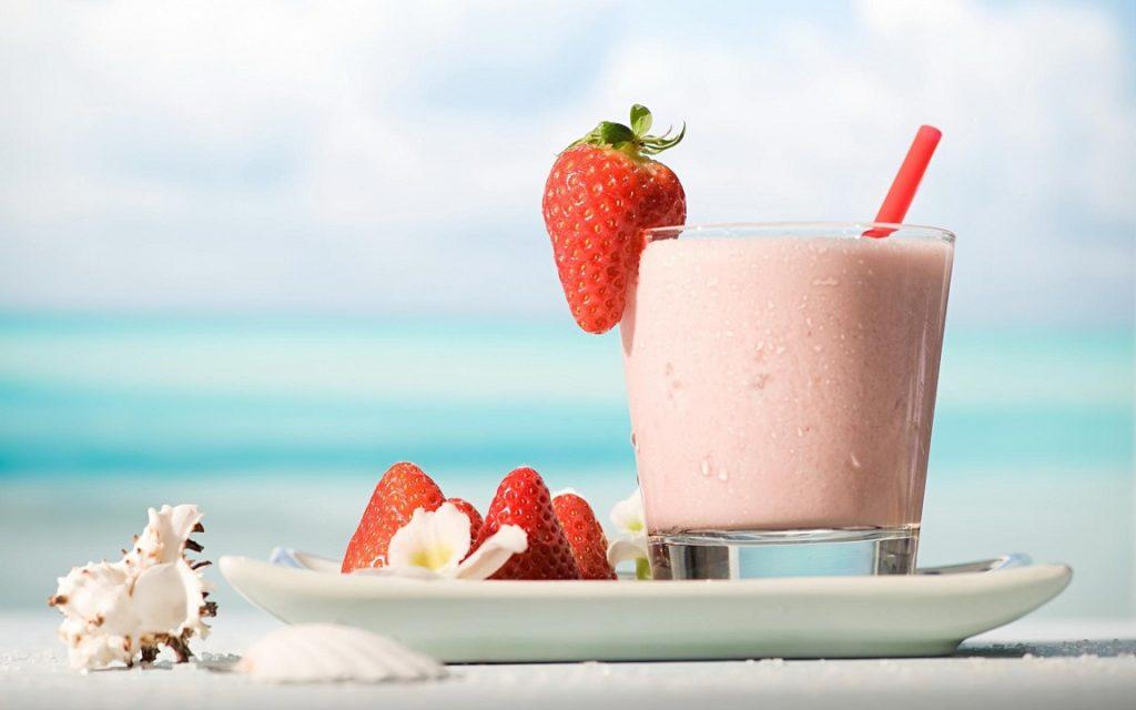 Почувствуй позитив дня -  молочный коктейль с клубникой!